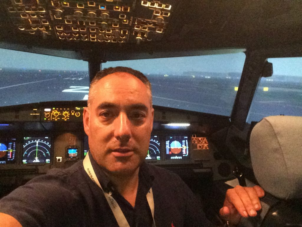 Ignacio Rubio en la cabina del avion